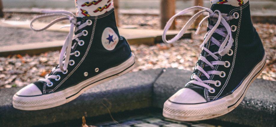 süllyesztett trambulin és Converse cipők
