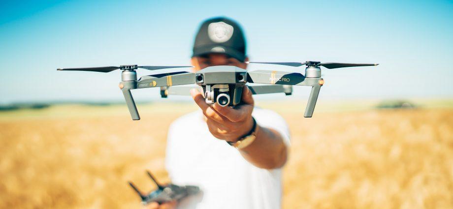 drón és férfi